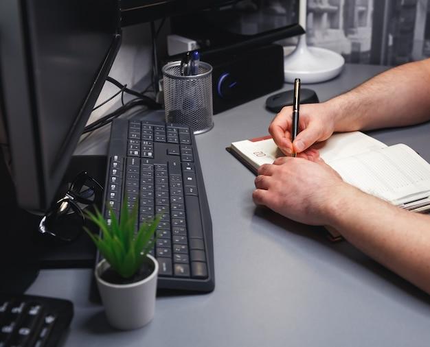 집에서 랩톱 컴퓨터에서 작업하는 인식 할 수없는 사업가. 인터넷 마케팅, 금융, 비즈니스, 원격 근무. 일하러 내려가. 프리랜서 직업, 원격 근무, 인터넷 서핑, 네트워크 서비스