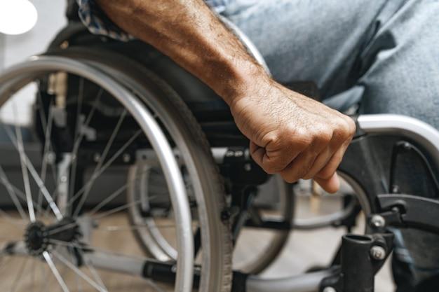 車椅子に座っている認識できない障害者の男性