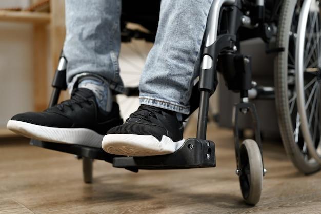 До неузнаваемости инвалид, сидящий в инвалидной коляске