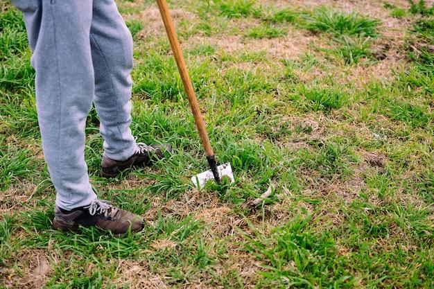 농장에서 땅을 경작하는 인식 할 수없는 농부