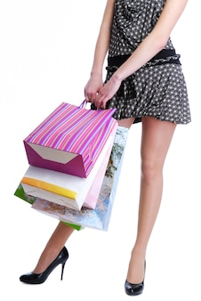 인식 할 수없는 여성 사람 쇼핑 가방을 들고-흰색 절연