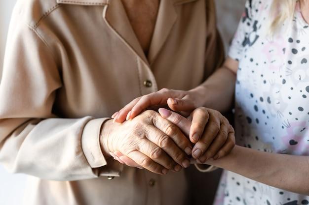 До неузнаваемости бабушка и ее внучка держались за руки.