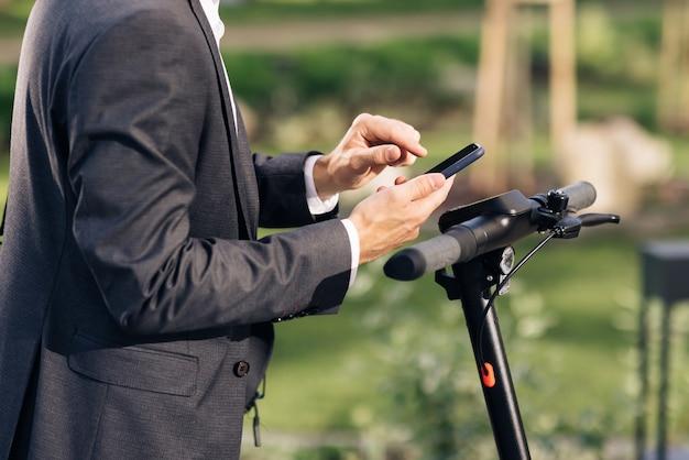 전화 관광객이 스쿠터를 타거나 자전거를 대여할 수 있는 인식할 수 없는 손