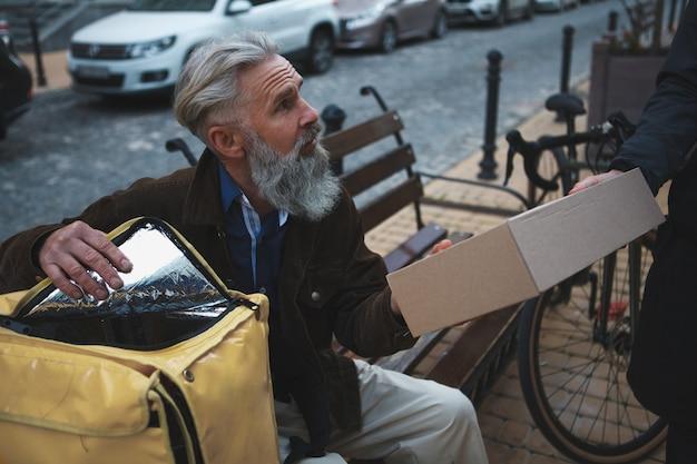 배달 할 수석 택배 골판지 상자 패키지를주는 인식 할 수없는 남자