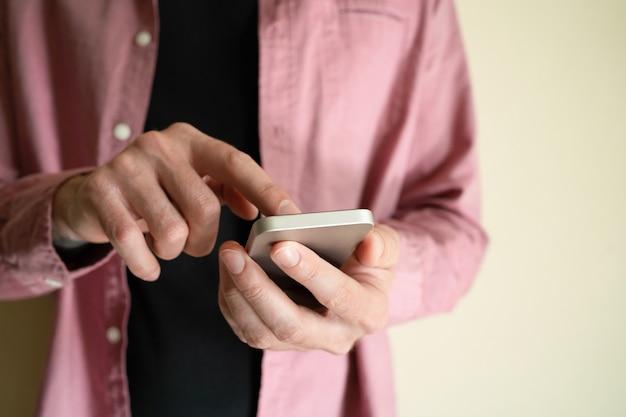 認識できない男のスマートフォンを押しながら画面に触れる