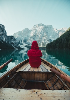 작은 보트에 앉아 빨간 재킷에 인식할 수 없는 남자