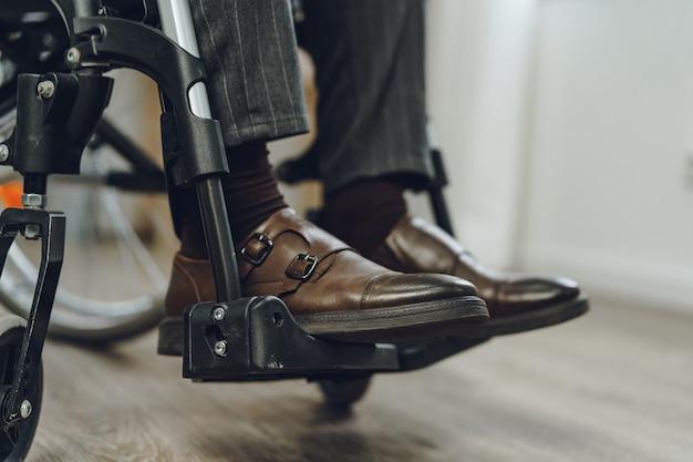 До неузнаваемости мужчина сидит в инвалидной коляске крупным планом фото
