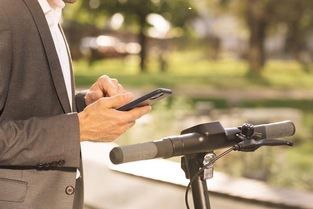 До неузнаваемости мужчина берет в аренду электрический самокат nfc бесконтактный шкафчик на велосипеде в обмене