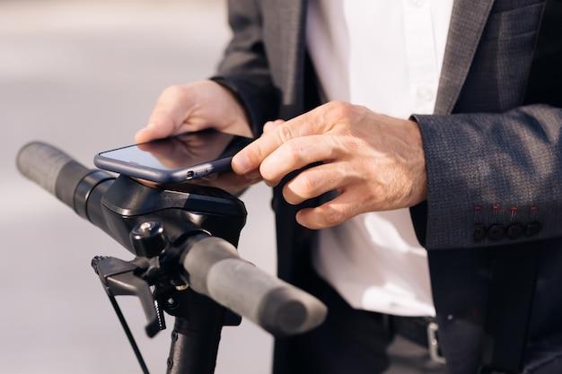 До неузнаваемости мужчина берет в аренду электрический самокат nfc бесконтактный шкафчик на велосипеде