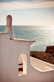 ポルトガルの海を見下ろす崖の上の住宅の認識できない部分