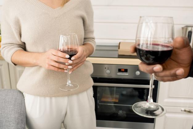До неузнаваемости люди с бокалами вина
