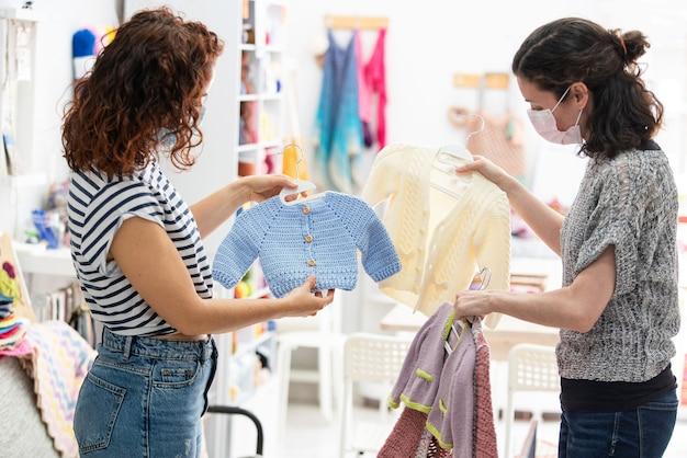 До неузнаваемости беременная молодая женщина покупает материнскую одежду для своего ребенка