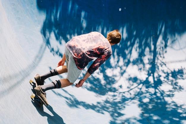 Skateboarder irriconoscibile nel parco