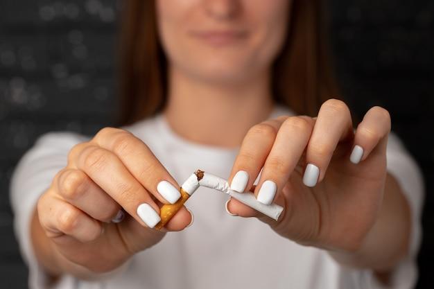 인식 할 수없는 여자가 그녀의 손에 담배를 끊는 습관