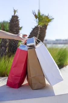 До неузнаваемости женщина, несущая перерабатываемую бумагу, забирает сумку с едой