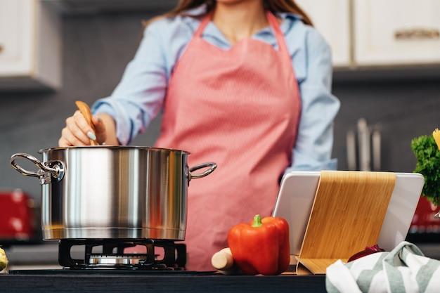 До неузнаваемости женщина готовит на кухне крупным планом фото