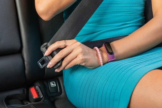 認識できない女性が車のシートベルトを締める