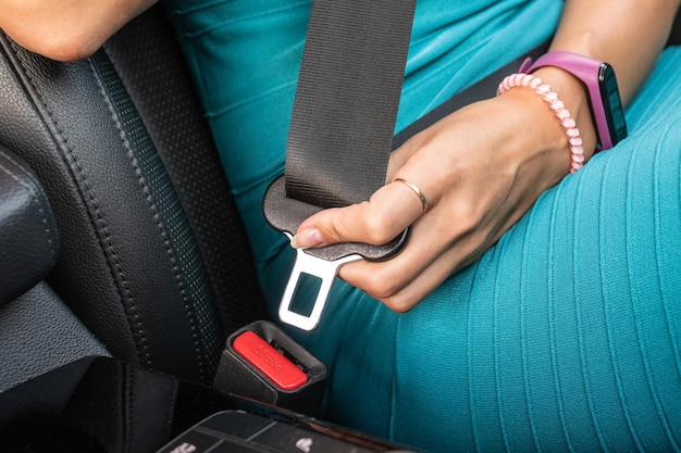 認識できない女性がシートベルトを締める