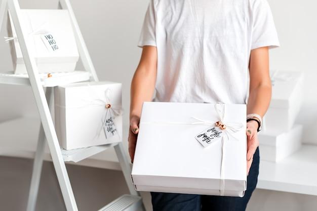 白いボックスにクリスマスプレゼントを持って認識できない女性