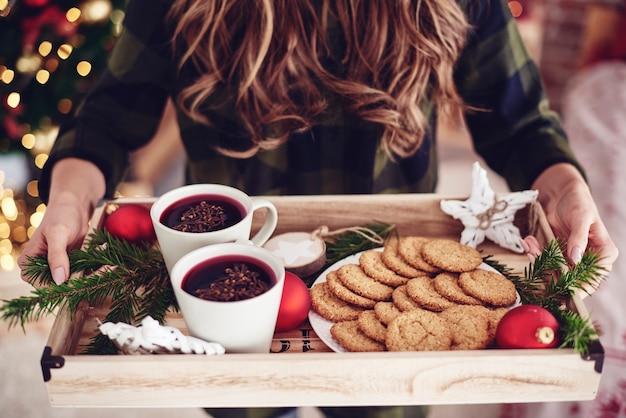 До неузнаваемости женщина, держащая поднос с закусками