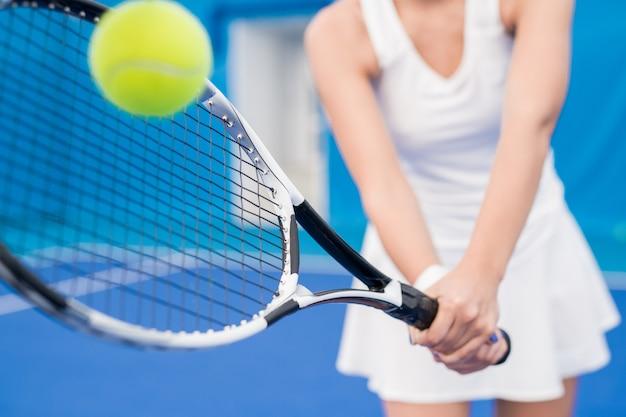 テニスをしている認識できない女性