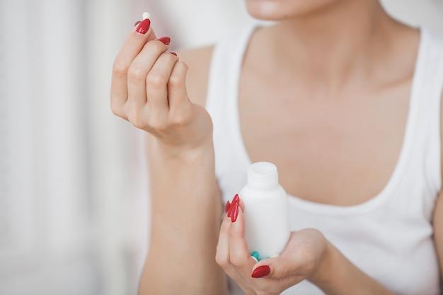약을 복용하는 인식 할 수없는 여자