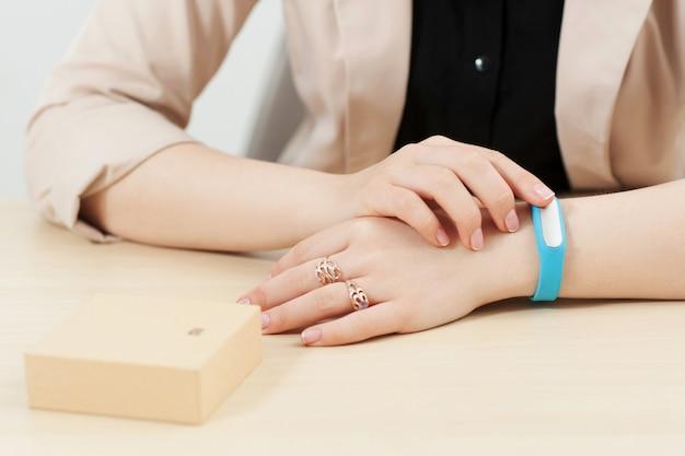 До неузнаваемости женщина примеряет фитнес-браслет