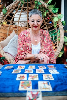 До неузнаваемости женщина с помощью карт, чтобы предсказать будущее