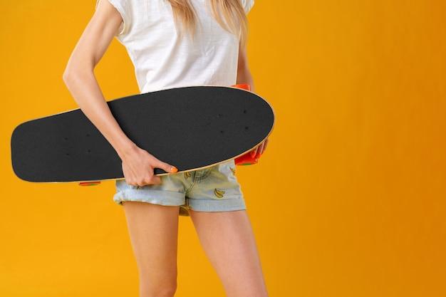 До неузнаваемости женщина с концепцией досуга спорт скейтборд