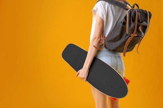 Неузнаваемая женщина со скейтбордом