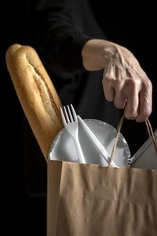 인식 할 수없는 여자와 음식 가방을 빼앗아. 먹을 준비가 된 음식. 배달