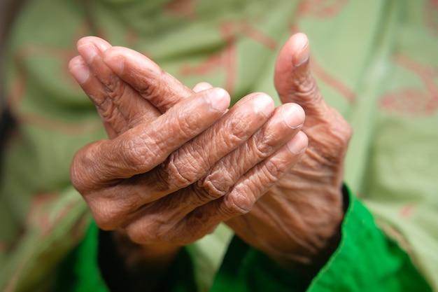 Неизвестные руки пожилых женщин, страдающие от боли в запястье,