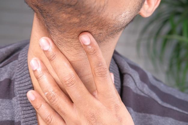 인식 할 수없는 남자 고통 목구멍 통증 클로즈업