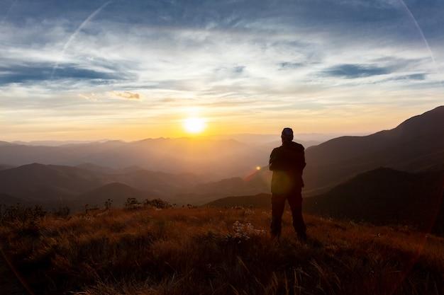 山からの山の風景を楽しんでいる認識されていない人々
