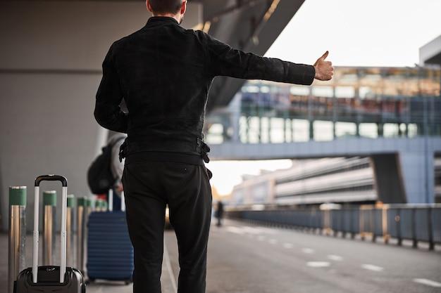 도착 후 택시를 타는 알 수 없는 여행자