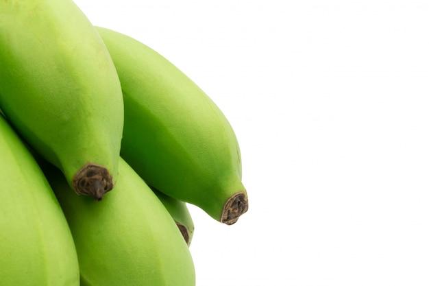 설 익은 바나나. 다발 바나나. 녹색 흰색 배경에 고립입니다. 확대
