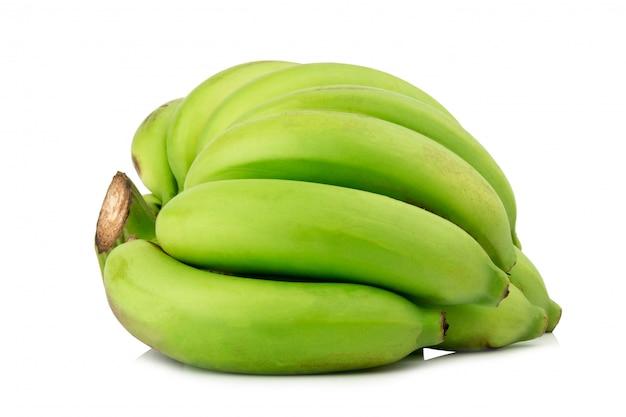 설 익은 바나나. 다발 바나나. 녹색 흰색 배경에 고립