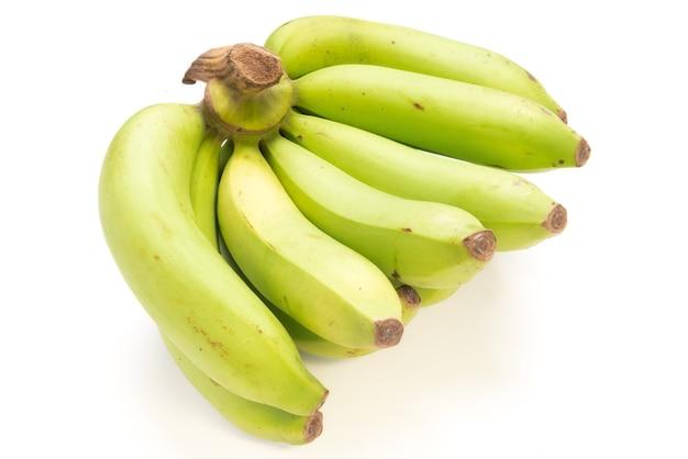 白い背景に分離された未熟なバナナ