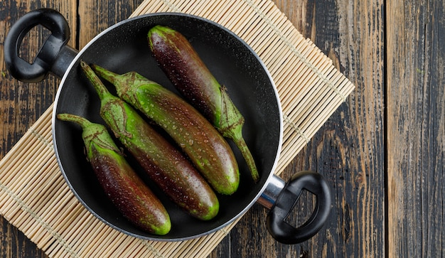 木製とランチョンマットの鍋に熟していないナス