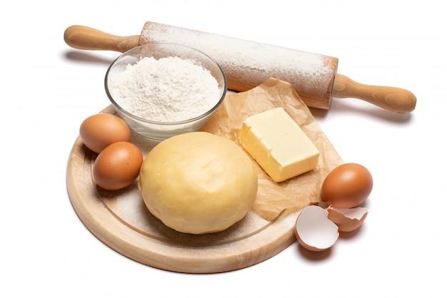 Раскрученный и невыпеченный рецепт песочного теста на белом фоне