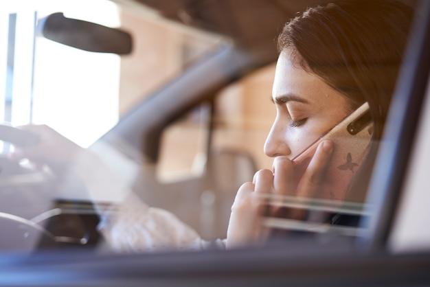 산만 운전 여성을 운전하는 동안 전화 통화하는 안전하지 않은 운전 젊은 다인종 여성