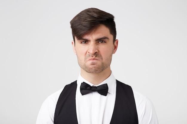衣装を着た剃っていない男、腹を立てて