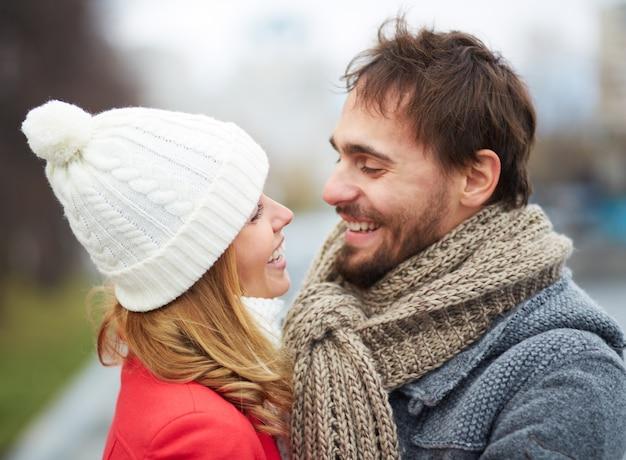 L'uomo con la barba lunga flirtare con la sua ragazza