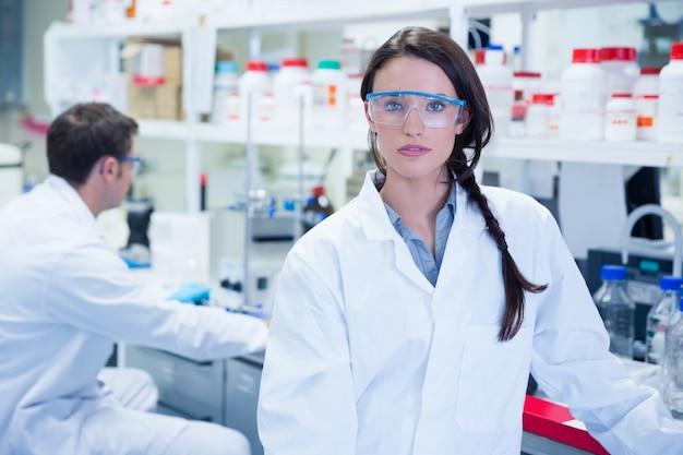Незрячий химик, стоящий перед своим коллегой