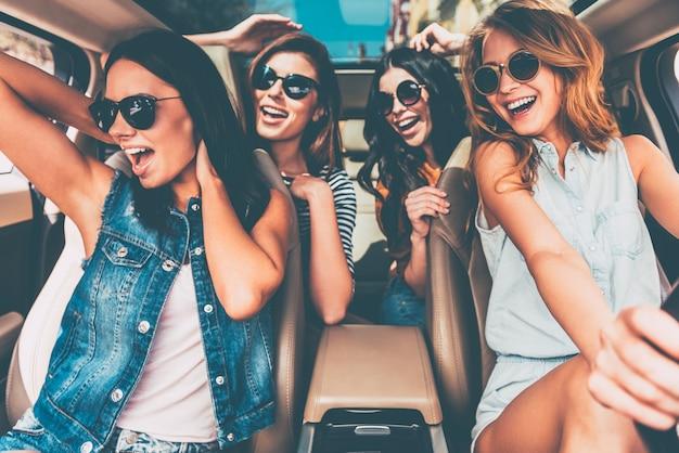 멈출 수 없는 아름다움. 행복하고 쾌활해 보이는 4명의 아름다운 젊은 쾌활한 여성