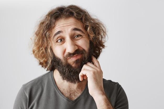 不明なひげを生やした中東の男を引っ掻き、困惑している
