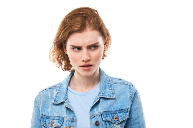 Неуверенная в недоумении студентка с рыжими волосами пожимает плечами, делает вопросительный жест, имеет невежественный и растерянный взгляд, женщина на белом изолированном фоне. какая разница?