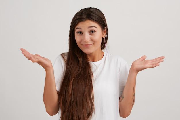 不確かな見た目の女性、暗い長い髪の美しい少女、白いtシャツを着て、入れ墨をしています