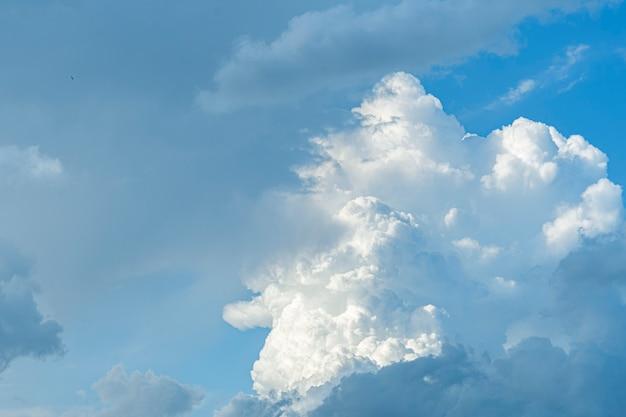 비정상적인 아름다운 구름이 여름 클로즈업에서 푸른 하늘에 떠 있습니다.