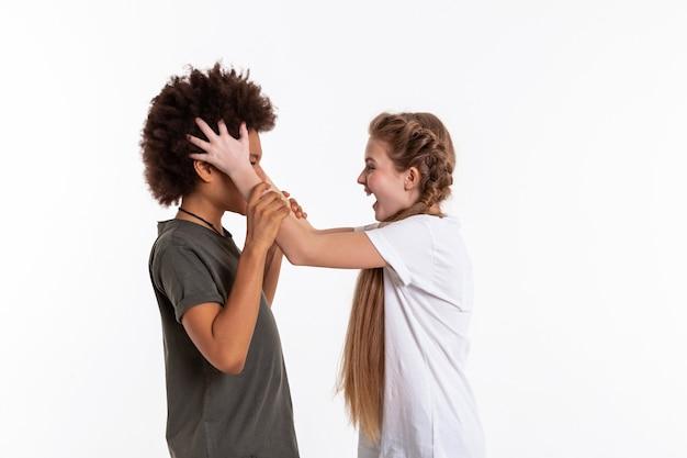 Необычные друзья. безумная длинноволосая блондинка кричит на растерянного друга и качает головой